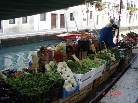 Photo:ヴェネツィアの運河に八百屋さん