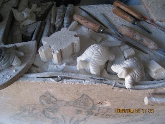 Photo:アラバスター石を加工中