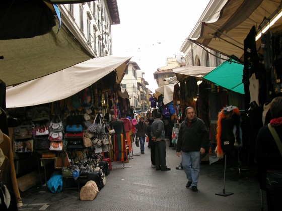 Photo:中央市場近くのメルカート
