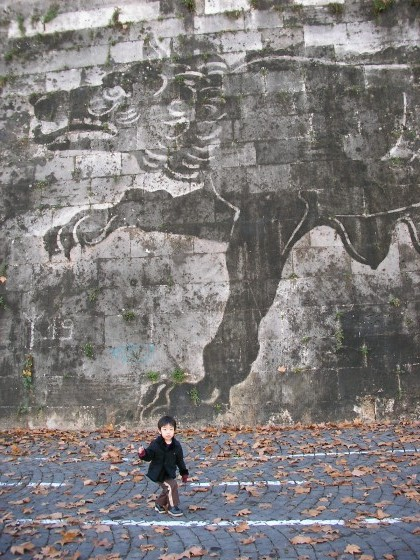 Photo:テヴェレ川の壁にアート